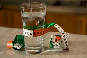 Pij więcej wody - stracisz więcej kilogramów [© FotoLyriX - Fotolia.com]