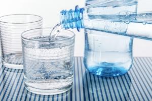 Pijemy więcej wody mineralnej [Fot. v.poth - Fotolia.com]