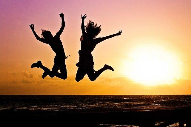 Poczucie szczęścia w młodości uchroni przed późniejsza demencją [fot. Jill Wellington from Pixabay]