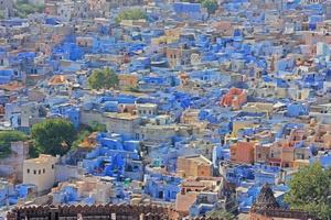 Podróże: miasta w kolorach tęczy [© a9luha - Fotolia.com]