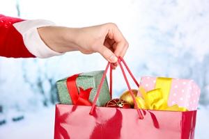 Polacy i świąteczne prezenty, czyli zakupy last minute [© Africa Studio - Fotolia.com]