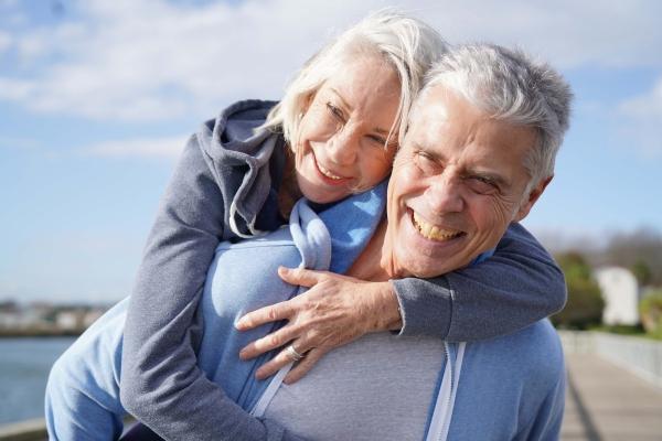Pomagaj innym. Zyskasz większe poczucie szczęścia [Fot. goodluz - Fotolia.com]