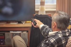 Ponad połowa seniorów wiedzę o rynku finansowym czerpie z telewizji [Fot. Teodor Lazarev - Fotolia.com]