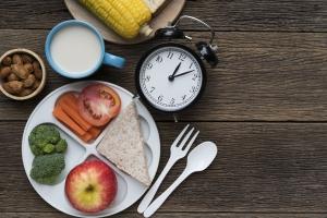 Pora posiłków ma znaczenie - o której jeść, by schudnąć [Fot. tatomm - Fotolia.com]