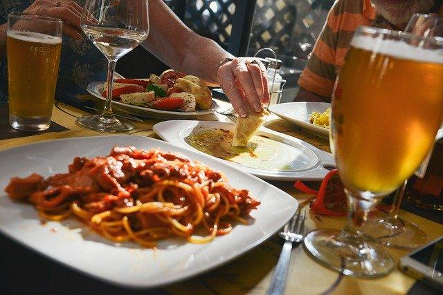 Posiłki z innymi ludźmi - w grupie rodziny i znajomych jemy więcej [fot. stokpic from Pixabay]