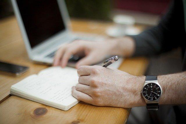 """Praca """"za biurkiem"""" chroni zdolności poznawcze na starość? [fot. Free-Photos from Pixabay]"""