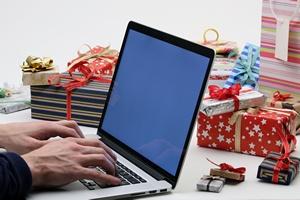 Prezenty świąteczne kupimy w sieci. Z wygody i żeby oszczędzić [© kreus - Fotolia.com]