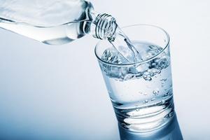 Prosty i skuteczny sposób na schudnięcie - picie wody przed posiłkami [© winston - Fotolia.com]