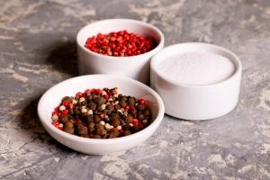 Prosty sposób na ograniczenie soli w diecie - stosowanie pikantnych przypraw [Fot. katrinkivi - Fotolia.com]