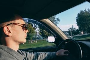 Prowadzisz samochód? Jak latem zadbać o jakość i komfort widzenia [Fot. Mikalai - Fotolia.com]