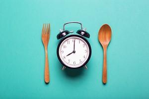 Przyczyna tycia: jedzenie o niewłaściwych godzinach [© tatomm - Fotolia.com]
