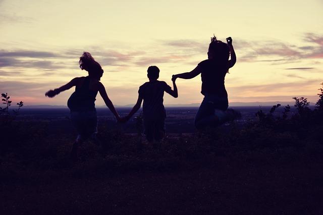 Przyjaźń jest szczególnie ceniona w kulturach, w których przydaje się najbardziej [fot. SimsalabimSabrina from Pixabay]