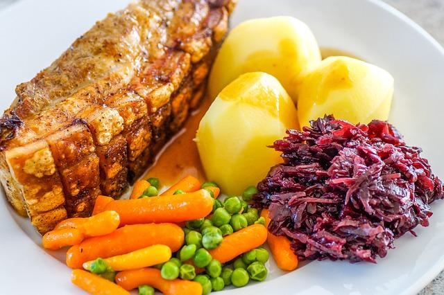 Przyjemność z jedzenia a objadanie się [fot. Matthias Lipinski from Pixabay]