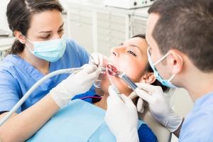 Przystojny pan dentysta z poczuciem humoru? Polacy nie takiego szukają [Fot. william87 - Fotolia.com]