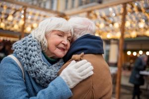 Przytulaj się - osłabisz negatywne emocje i poprawisz nastrój [Fot. YakobchukOlena - Fotolia.com]