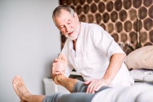 Rehabilitacja pourazowa - jakie zabiegi są najskuteczniejsze? [Fot. Halfpoint - Fotolia.com]