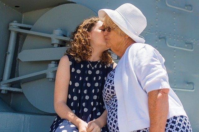 Relacje z dziadkami pomagają nastolatkom lepiej sobie radzić w życiu [fot. Kim Heimbuch from Pixabay]