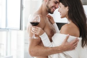 Seks i czerwone wino - najlepsze sposoby na uniknięcie raka prostaty [Fot. Drobot Dean - Fotolia.com]