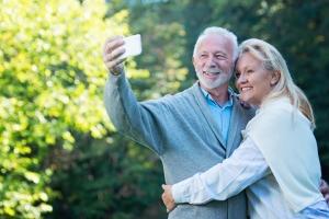 Selfie - im ich więcej, tym bardziej świadczą o narcyzmie [Fot. Tijana - Fotolia.com]