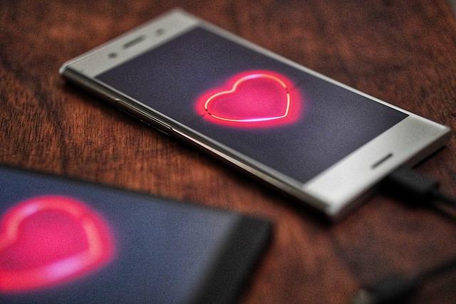 Seniorzy coraz chętniej szukają miłości w Internecie. Jak randkują online? [fot. amrothman from Pixabay]