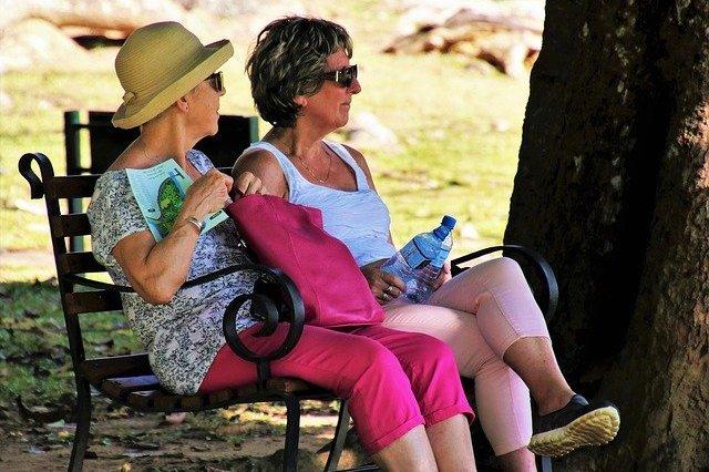 Seniorzy mają mniejsze grupy społecznościowe, ale są szczęśliwsi. Dlaczego? [fot. pasja1000 from Pixabay]