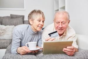 Seniorzy na internetowych zakupach [Fot. Robert Kneschke - Fotolia.com]
