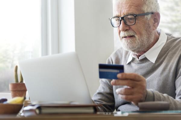 Seniorzy na zakupach w sieci. Czego szukają? [Fot. Rawpixel.com - Fotolia.com]