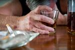 Seniorzy piją na umór. Pomoże cena minimalna? [© EJ White - Fotolia.com]