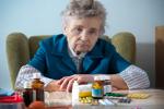 Seniorzy przyjmują źle dobrane leki [©  Alexander Raths - Fotolia.com]