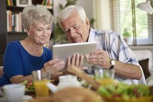 Seniorzy w Internecie: obecni ci lepiej wykształceni [© gpointstudio - Fotolia.com]