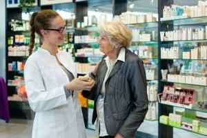 Seniorzy w aptece: nie tylko po leki [Fot. belahoche - Fotolia.com]