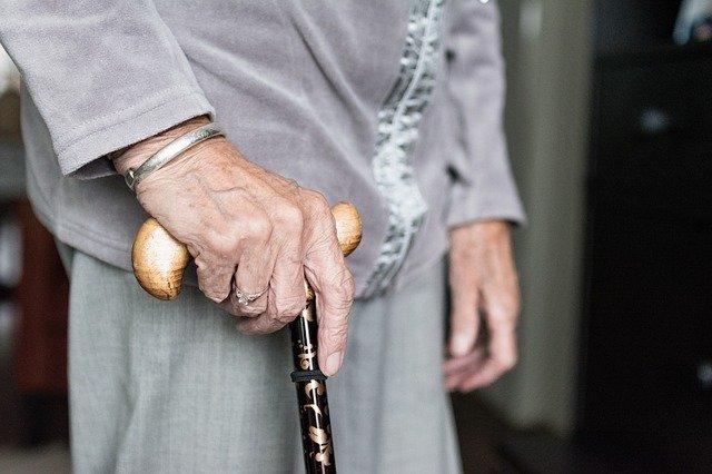Seniorzy wolno chodzą? Wszystko przez utratę mięśni nóg [fot. Sabine van Erp from Pixabay]