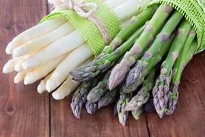 Sezon na szparagi. Pyszne warzywo go�ci na sto�ach [© Pixelot - Fotolia.com]