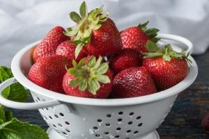 Sezon na truskawki - nie przegap szansy na poprawę zdrowia serca dzięki tym owocom [Fot. Michelle - Fotolia.com]