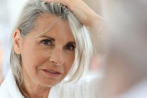 Siwe włosy - coraz więcej kobiet chce wyglądać autentycznie i unika farbowania [Fot. goodluz - Fotolia.com]
