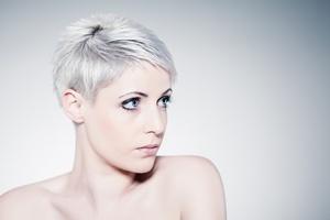 Siwe Włosy I Niebieski Blond Najmodniejsze W Tym Sezonie