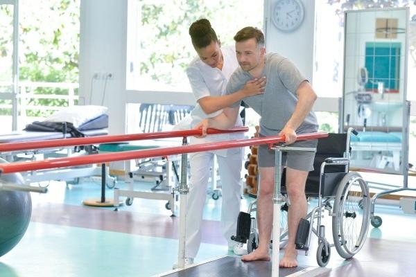 Skierowanie na rehabilitację otrzymasz również od fizjoterapeuty [Fot. auremar - Fotolia.com]