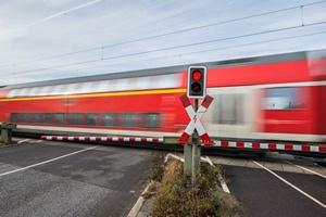 �mier� czyha si� na przejazdach kolejowych. Jak unikn�� wypadku? [© benjaminnolte - Fotolia.com]