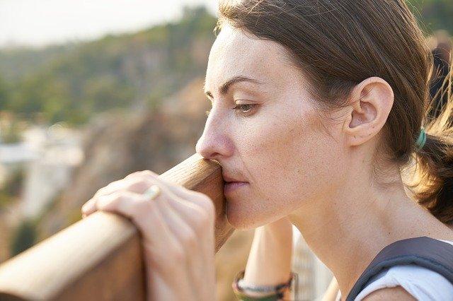 Smutek: jedna z najdłużej trwających emocji [fot. engin akyurt from Pixabay]