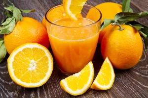 Sok pomarańczowy pomaga zapobiegać wielu chorobom [Fot. Lsantilli - Fotolia.com]