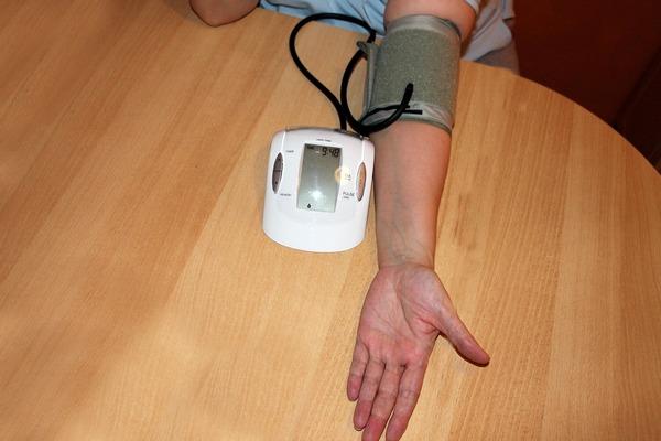 Spadające ciśnienie krwi a wątłość starcza i ryzyko upadku [fot. kalhh from Pixabay]
