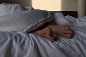 Sposób na przewlekły ból: dobry sen [fot. Wokandapix/Pixabay, PD]