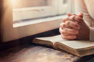 Sposób na stres - modlitwa  [Fot. Halfpoint - Fotolia.com]