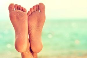 Stopy po wakacjach - jak je zregenerować? [Fot. Sofia Zhuravetc - Fotolia.com]