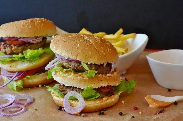 Stres w połączeniu z wysokokalorycznym jedzeniem przyniesie otyłość ekspresowo [fot. RitaE from Pixabay]