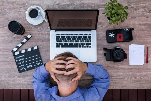 Stresująca praca wpędzi cię do grobu [fot. Lukas Bieri z Pixabay]