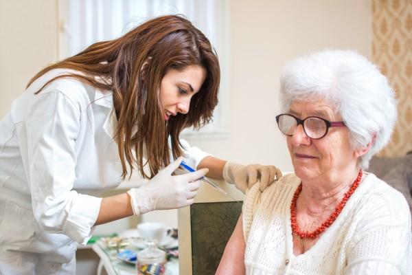 Stuletni seniorzy szczepią się przeciw grypie [Fot. Bojan - Fotolia.com]