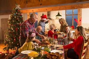 Świętowanie przy stole. 7 rad jak jeść, by się nie przejeść [Święta stół, © dglimages - Fotolia.com]