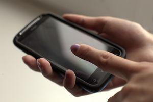 Telefon komórkowy - w sklepie czy u operatora?  [© maxcam - Fotolia.com]
