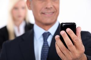 Telefon komórkowy źródłem niebezpiecznych bakterii i wirusów [© IKO - Fotolia.com]